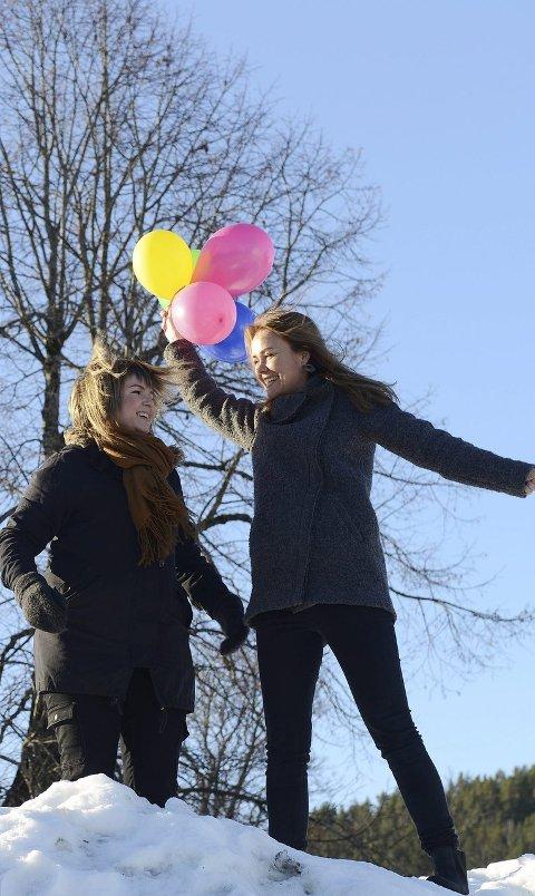 Gleder seg: Celina B. Stokes (t.v.) og Linda J. Gurvin arrangerer aktiviteter for barn på og rundt Kirketorget lørdag. Foto: Vidar Skaar Borgersen