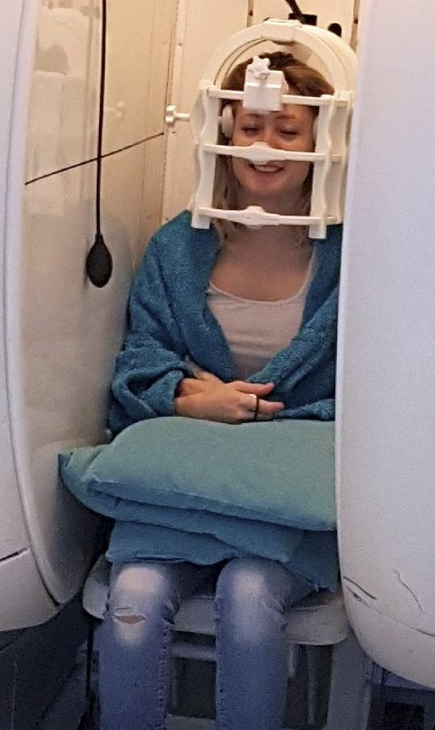Hanne reiste til klinikken i Storbritannia med den norske bedriften Inova medical som bistår norske pasienter med å få utført diagnostikk og behandling som av ulike årsaker ikke tilbys i Norge. Her får hun utført sittende MR i London i februar i år. Foto: Privat