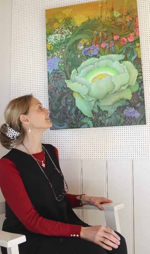 Mangfold: Elena Abessinova ved et av sine detaljrike motiver.bilder: kari gjerstadberget