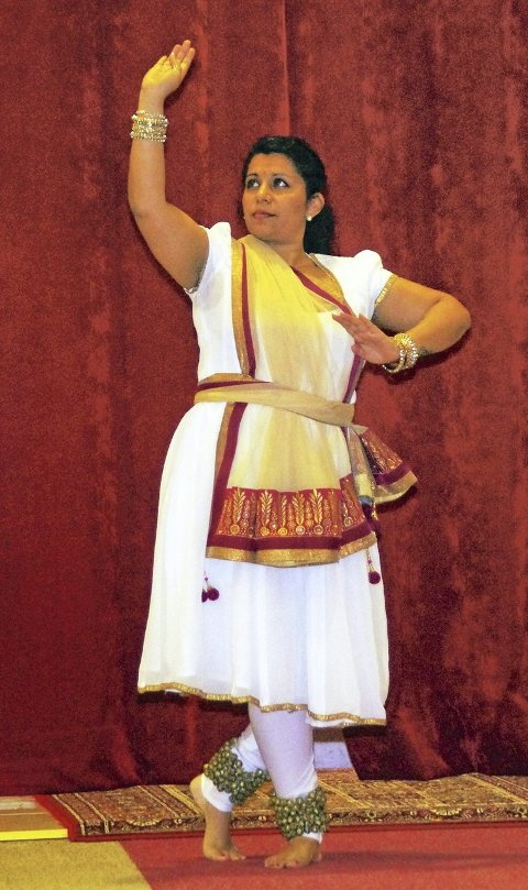 RELIGIØS TEMPELDANS: Richa Chandra danser en religiøs tempeldans som er en bønn til guden Vishnu.ALLE FOTO: PER D. ZARING