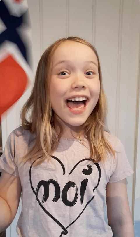 SYNGER: Signe Marie Refvik (9) har spilt inn den første videoen som skal være med på videocollage.