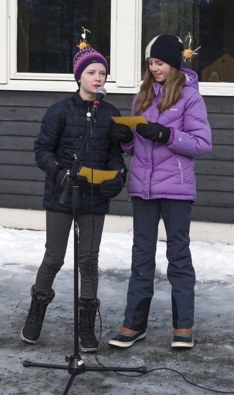 Til ære for sola: Ane (t. v) og Ingeborg var med på hadde egen framføring på solfesten.Foto: Ole Bruseth