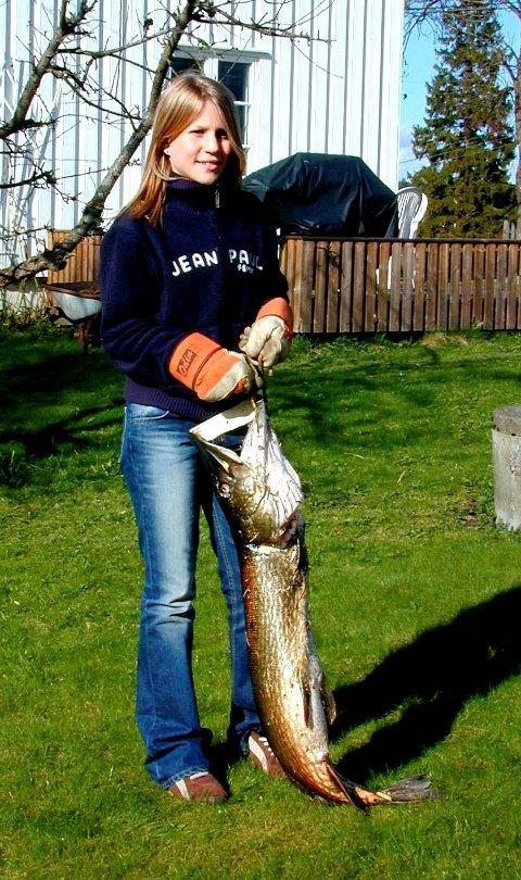 Solveig Gystad fikk gjedde på 10 kilo i Mjær