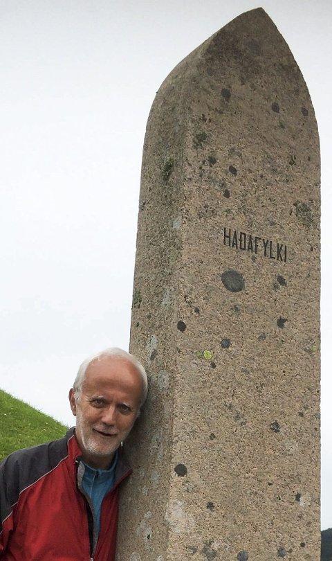 PRIMUS MOTOR: Hans Erik Raustøl ser fram til det store Olavseminaret på Granavollen. Her ved en av de 29 bautasteinene (en for hvert av de gamle norske fylkene) rundt Haraldstøtten i Haugesund.