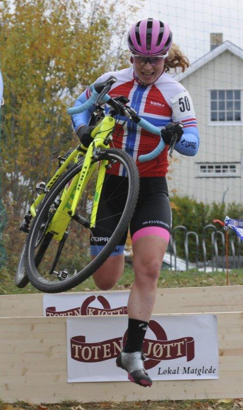 Dobbeltvinner: Elisabeth Sveum ble vinner begge dager under helgens to første av i alt seks norgescupritt i sykkelcross, der Raufoss og Gjøvik SK sto som arrangør.                      foto: Tommy Gullord