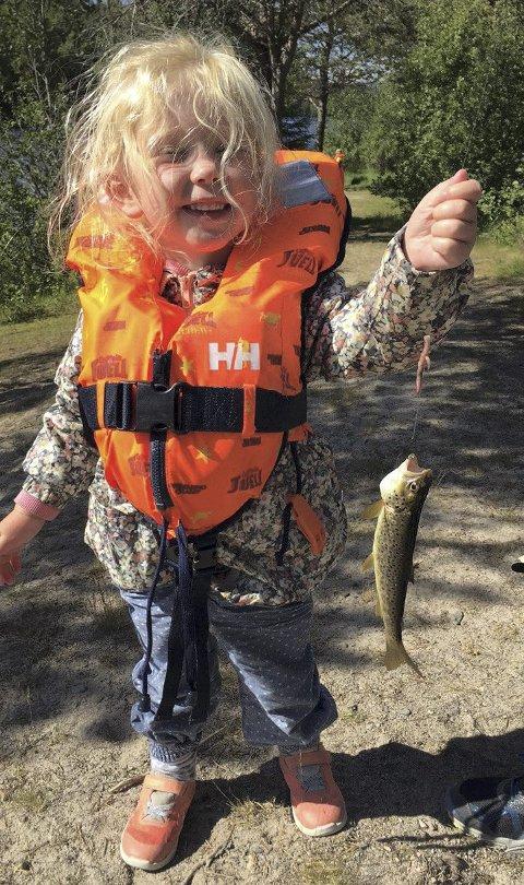UKAS BILDE: Oda Kolsvik (3) fikk den minste fisken da familien konkurrerte på hytta i Rendalen. Men det er ingen tvil når juryen skal kåre vinneren av ukas bilde. Alle foto: Privat