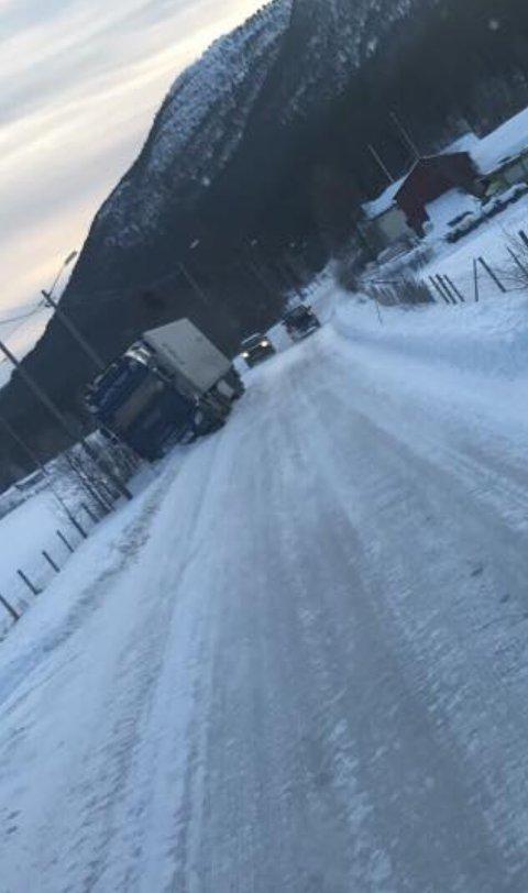 AV VEGEN: Dette vogntoget har kjørt av fylkesveg 30 ved Elvål i Rendalen lørdag ettermiddag. Dette er ikke anbefalt omkjøringsmulighet som følge av ulykken på riksveg 3, understreker Vegtrafikksentralen. (Foto: Østlendingen-tipser)