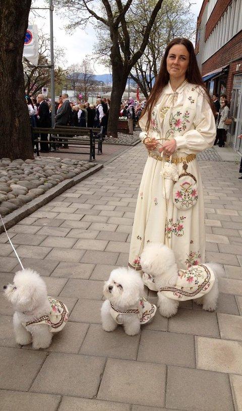 17. MAI: Eldstedatter Anine med Lundebybunaden og hundene under fjorårets 17. mai-feiring i Hamar.