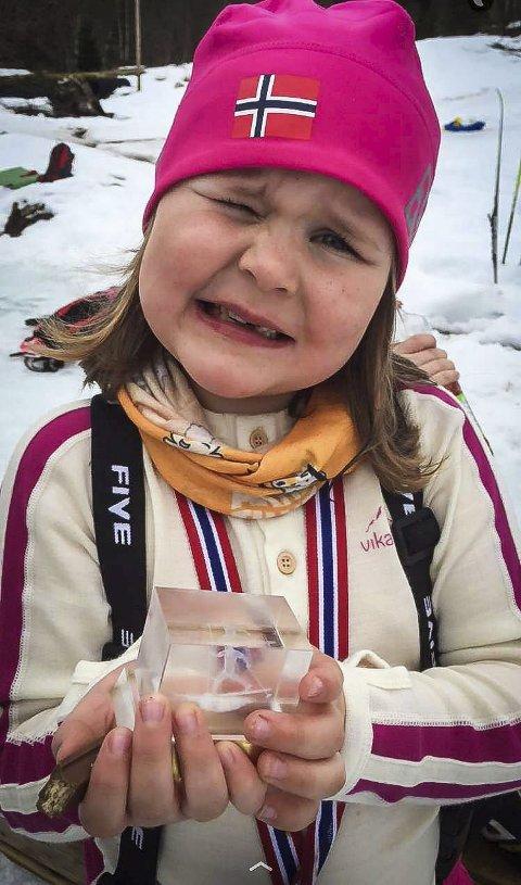 STOLT: Elise Nordanger Lekva held stolt fram den flotte glaspokalen ho har fått på Gamlesætra skicup.