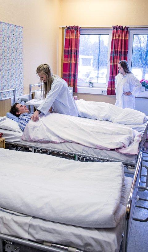 Til frederik: Helsefag, som Jakob Gresstad, Martine Øby Strand, Mina Marie Fensbekk (skjult) og Emma Ensrud går på, flyttes.