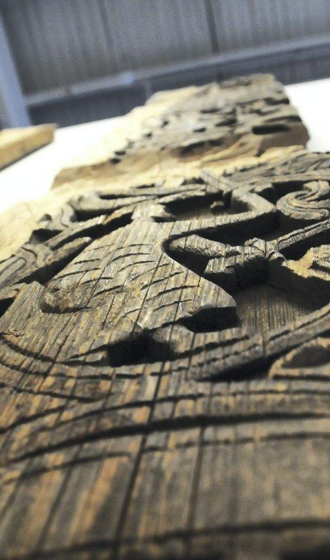 Sagn: Med et skarpt jern har den ukjente kunstneren hogd fram historien om dragedreperen Sigurd Fåvnesbane. De seks scenene fletter seg elegant i hverandre.
