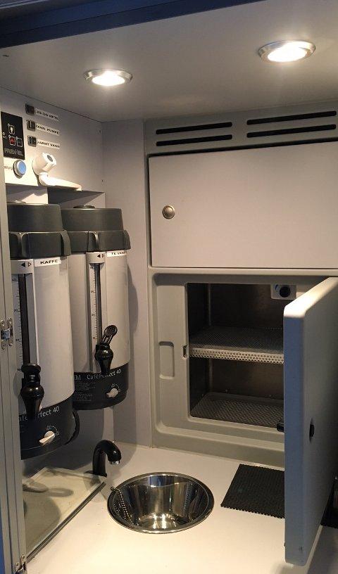 KJØKKENKROK: Bussen har kjøkkenkrok med blant annet kjøleskap og kaffe- og te-beholdere. Foto: Are Medby