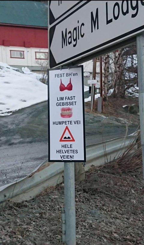 NYTT SKILT: Dette skiltet har plutselig poppet opp ved Lyngseidet. Skiltet er satt opp for å advare billister om fylkesvegen, som skal inneholde flere hull og være av fryktelig dårlig standard.
