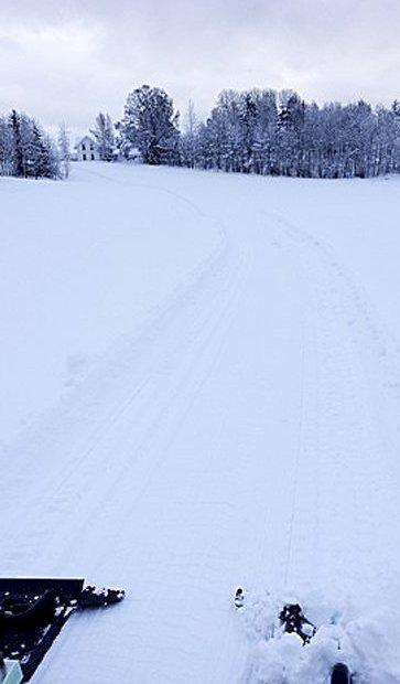 Flotte skiløyper: Her er skiløypa lik ved Hof skole. Her er det bare å lange ut.                       Foto: Hof idrettslag