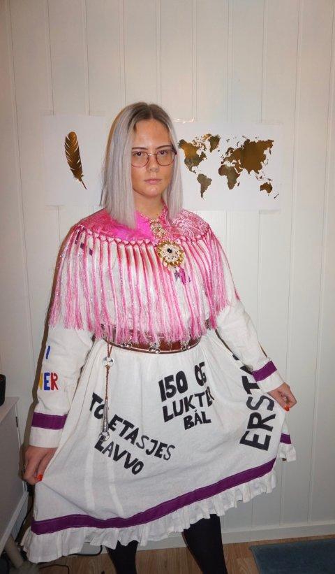 """STILLES UT: I 2018 sydde Charlotte Solli Larsen fra Bjerkvik en """"netthetskofte"""". På kofta har hun sydd eksempler på hets mot samer fra kommentarfelt i sosiale medier, og nå er HL-senteret i Oslo interessert i å stille den ut i forbindelse med en utstilling om hverdagsrasisme."""