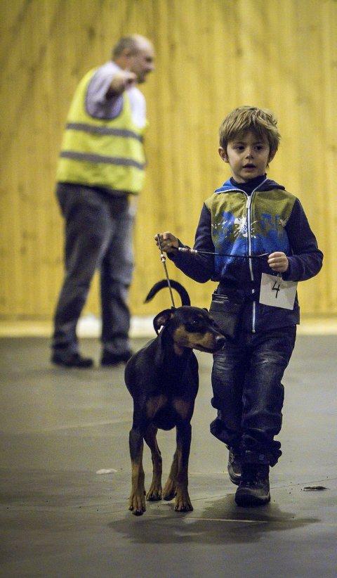 NÅDDE IKKJE OPP: Marcus Morild går her med hunden sin Morild.