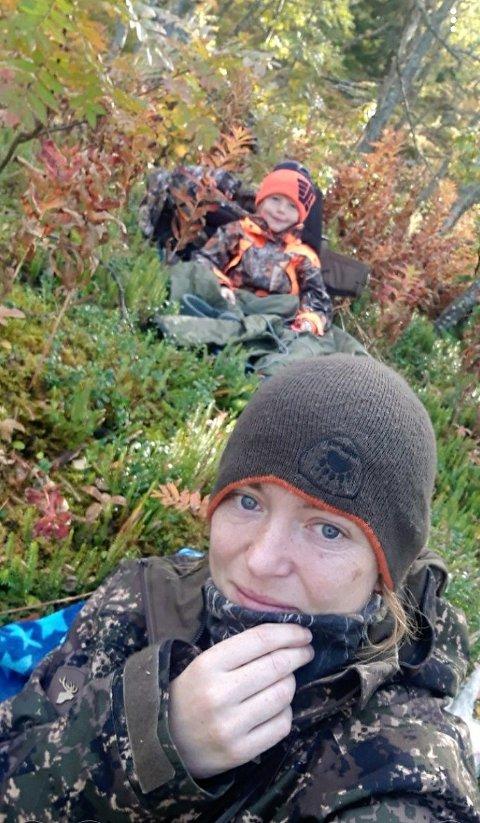 Jaktkamerat: Mathias på åtte år er ofte med når Kari Helene Rakstad skal på jakt.