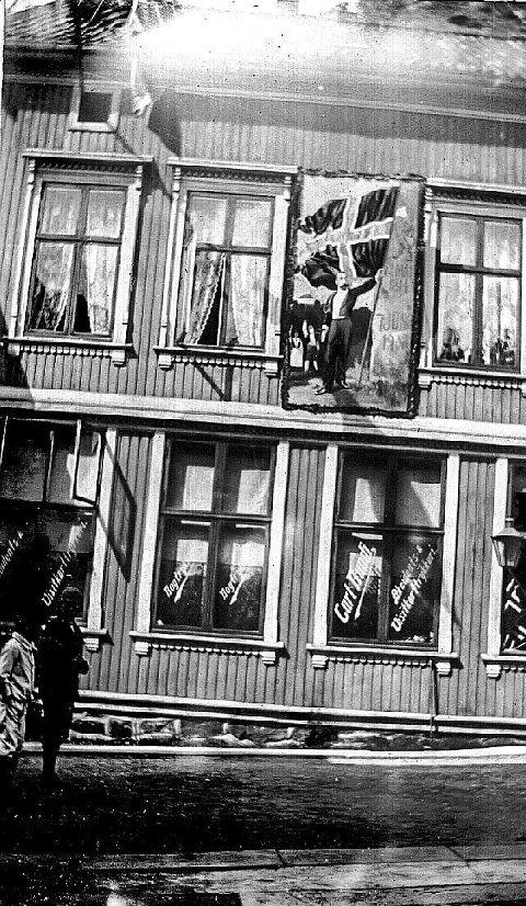 Avishus: Den første «Vestmargården» var i huset hvor Tinas Wok er i dag. Bildet er fra 1905 da Norge løsrev seg fra Sverige.