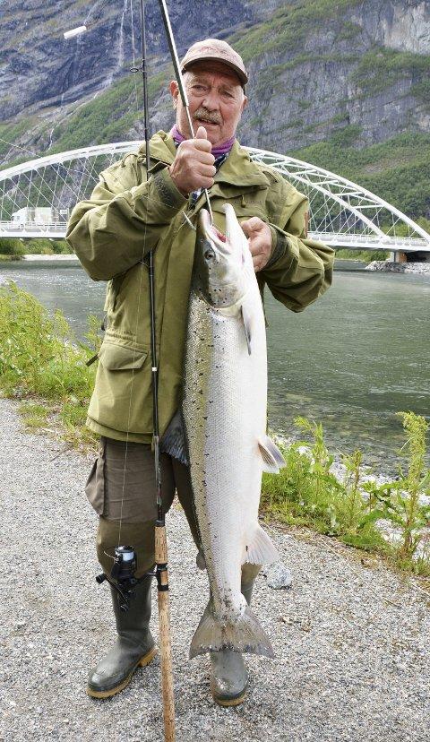 FIN FISK: Leif fikk en skikkelig fin laks etter en dryg halvtime for å få den landet.FOTO: YNGVE LIE