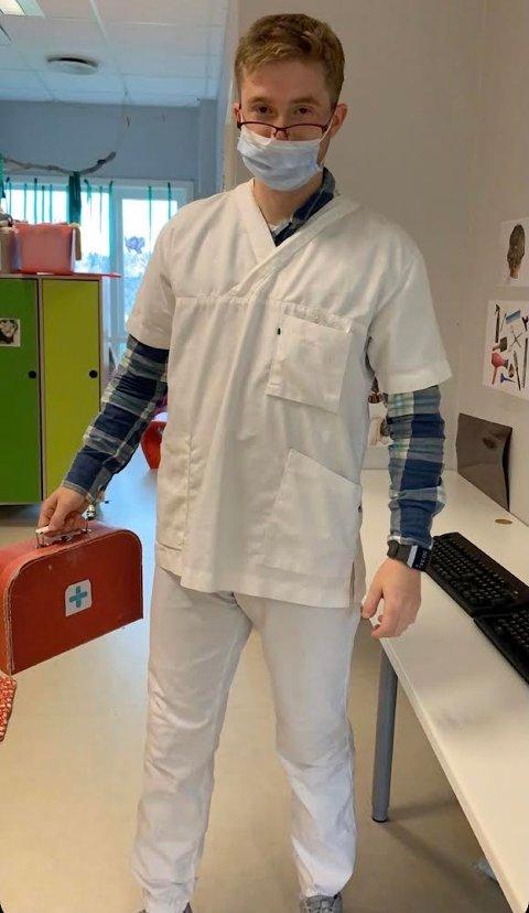 Stortrives: Emil Iversen Pramhus stortrives og sier han har det som plommen i egget i jobben som barnehagelærer ved Puttara FUS barnehage.