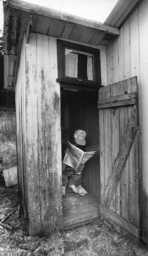 Fristed: Det er vel fortsatt slik at både utedo og innedo er et av de få steder der man ennå kan sitte uforstyrret av omverdenen med en avis, eller bare i selskap med sine egne tanker. Arkivfoto: Arild Brunvand