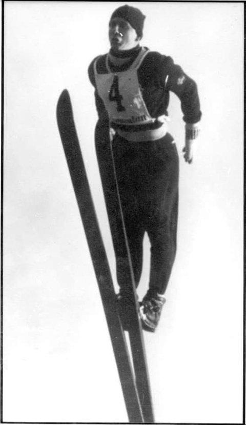 """Jan Gjære i svevet. Han var en av de første norske som hoppet """"moderne"""" på 50-tallet."""