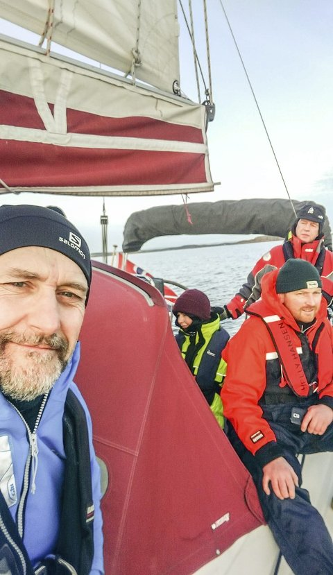 PÅ VEI: Steinar Vigdal og noen av hans mannskap Anders og Cecilie Schilling og bak roret Audun Gjøstein. med en rolig time om bord kronesluket. Foto Vigdal