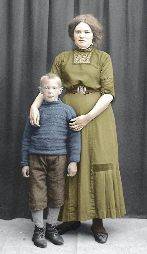 Jenta på bildet er konfirmant i 1911. Trolig er det lillebroren hun har med seg i fotograf Skaugvolds atelier ved kaia på Reine. Bildet mangler navn.