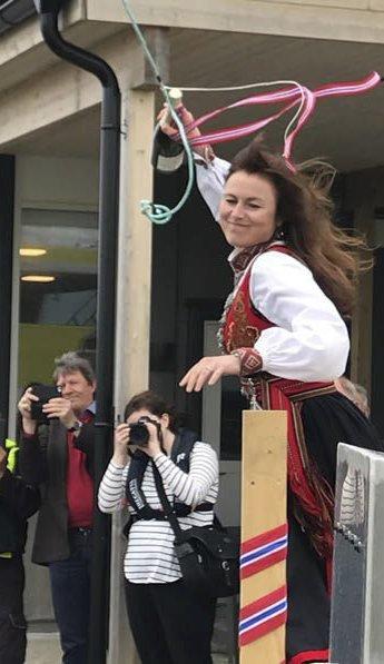 Dufmor: Kristin Ottesen sender en gjenstridig flaske mot skutesiden