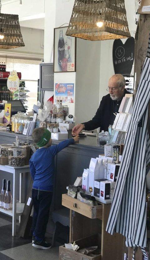 IVRIG KUNDE: Eilif Mosbæk ekspederer en ung kunde.