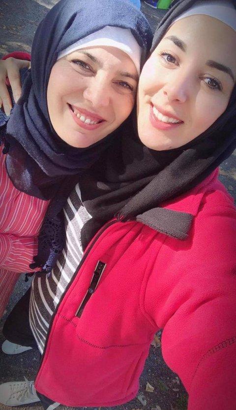 BEUNDRER MOREN: – Mamma er helten min. Det er det flere grunner til, men først og fremst fordi hun valgte å bli værende i Syria slik at jeg kunne fullføre skolen til tross for at livet der var vanskelig, forteller Alaa. Moren Nada har lært seg både norsk og engelsk etter at hun kom til Norge sammen med familien i 2015.