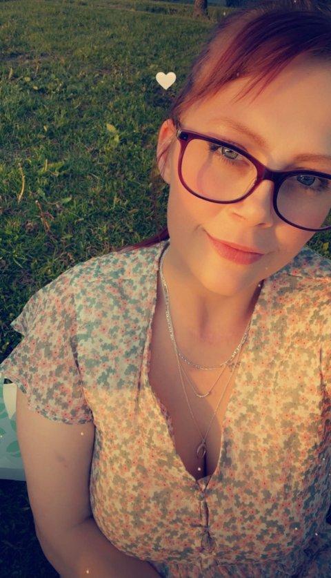 - UNØDVENDIG: Hanne Lisa Furnes er ikke skremt, men mener det var unødvendig å legge lapper i postkassene i nabolaget hennes.