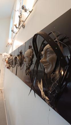 SAMARBEIDSPROSJEKT: «Tretten til bords» viser 13 masker som er støpt i betong, og hver av dem er montert på en plate omkranset av store smykker av stål.