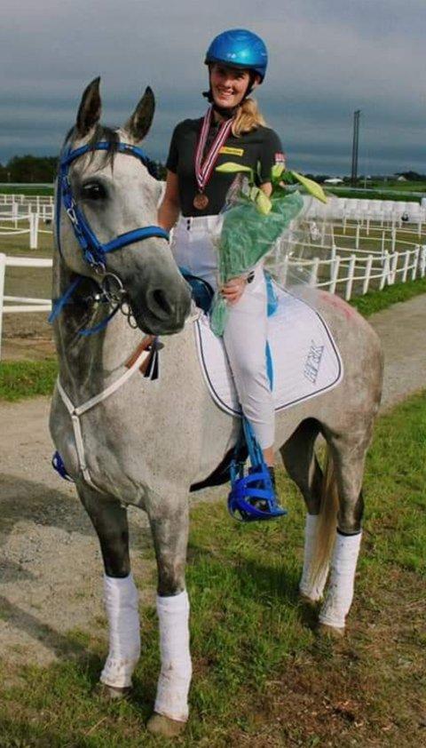 TOK NM-BRONSE: Amanda Mæhlum Engevold og hesten Ariana fra Hadeland ride- og kjøreklubb.