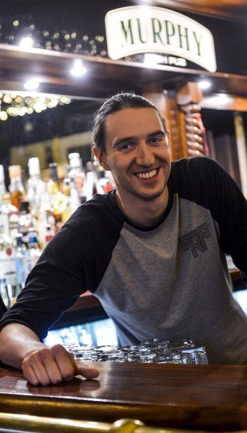 Sjefen: På Murphys Bar er det Jan Pustul som holder i tråene. Det har blitt mange lange timer i denne brune baren, som han nå har bygget opp til å bli en ganske anerkjent musikkbar. Foto: Atle Møller
