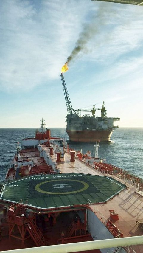 HISTORISK:m Her lastes den første olje fra Barentshavet fra Goliat FPSO til skytteltankeren «Hilda Knutsen». Foto: Hans Kr. Hansen