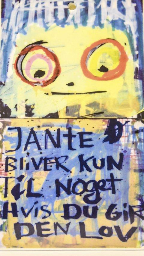 PÅ KJØKKENVEGGEN: – «Janteloven blir bare til noe om du gir den lov», står det på en plate som henger på kjøkkenet mitt. Fin tanke, skriver Stenbock Haakestad. Foto: Hans-Petter Kjøge