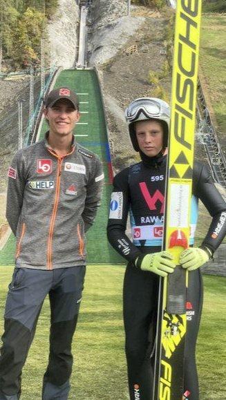 Kjendistreff: Daniel Andre Tande og Elias Rønningen fra hoppsamlingen sist helg. Foto: Privat
