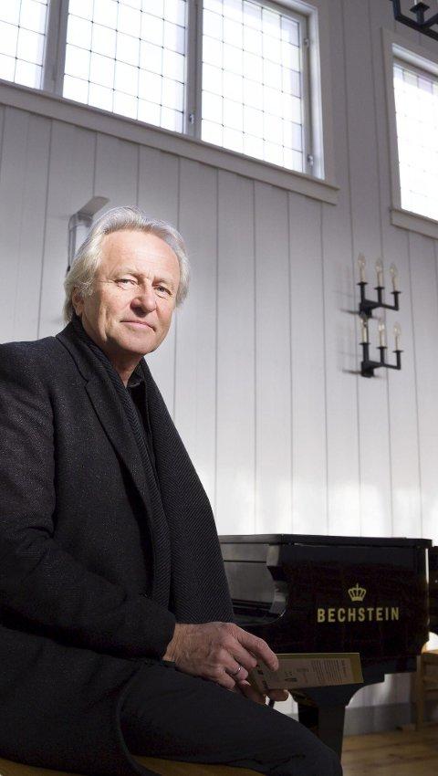 BIDRAR: Musikalsk Nils Arne Helgerød ønsker velkommen til  ønskekonsert i Slemmestad kirke 3. mars.