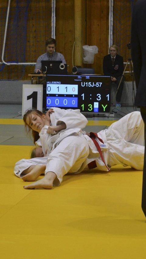 Teknikk: Karoline Høiland Galleberg med holdegrep på sin motsander.