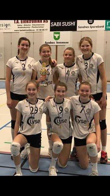 Gull: J15 laget på Randaberg volleyball er regionsmestre 2020.