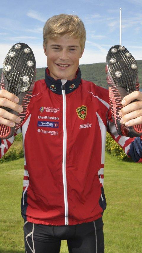 TESTER FORMEN: Langrennsløper Johannes Bjertnæs fra Brandbu IF prøver seg mot kremen av norske mellomdistanseløpere under junior-NM på hjemmebane.