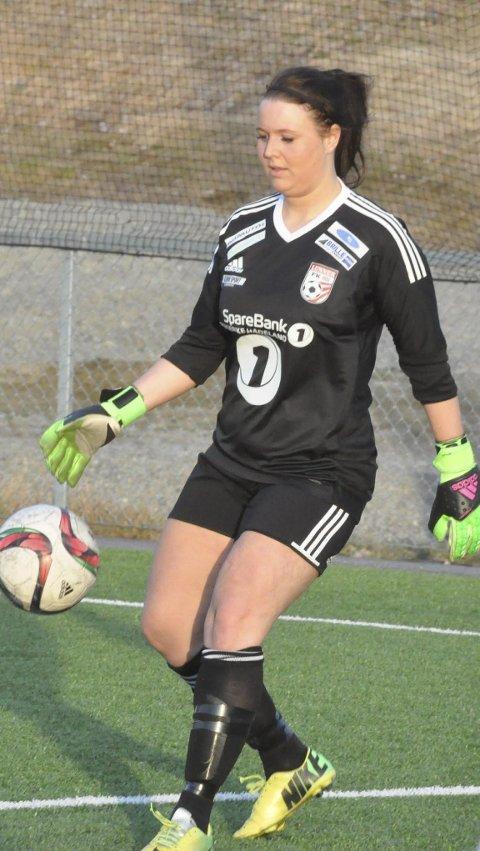 OMSKOLERT: Kristine Bentestuen Ludvigsen synes det er helt greit å stå i mål i stedet for å spille ute på banen.