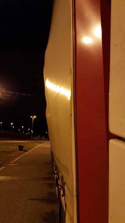 FORSKJØVET: Det bulet i veggen på vogntoget. (FOTO: Statens vegvesen)