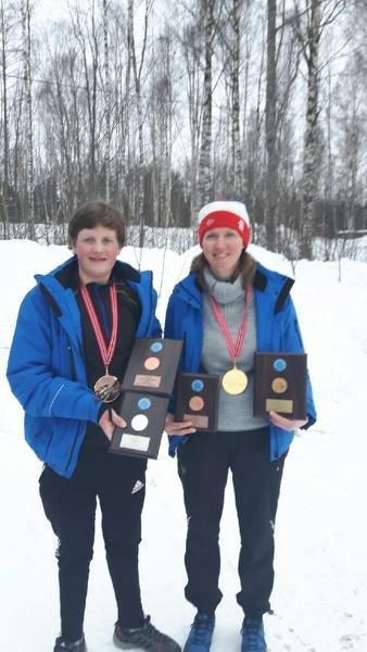 Premiert: Lisbeth Allum Bjørnstad og sønnen Lars-Magnus fikk sin synlige beviser på at de er i Norgestoppen i isfiske.