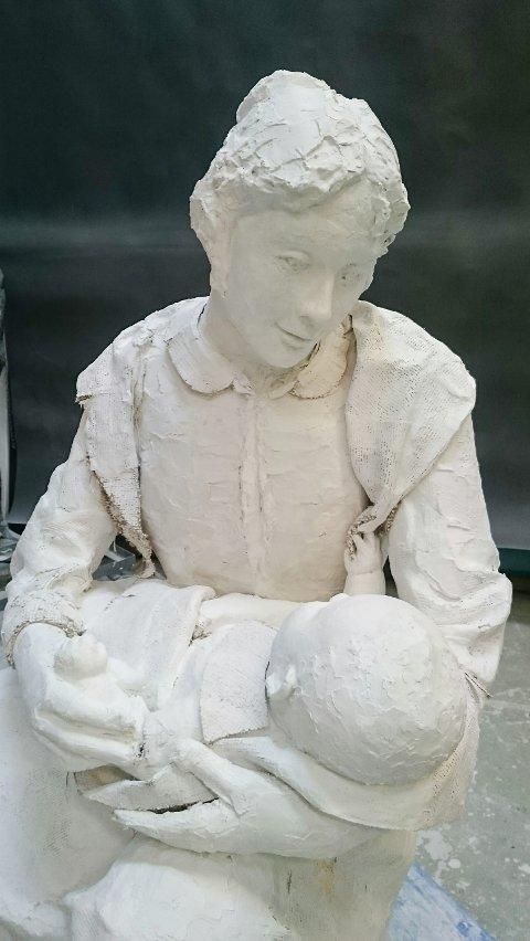 BARNEPIKE: Motivet er Oline Fløtholen med den lille Edvard Munch på fanget.