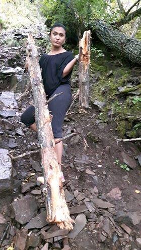 Paula Rodrigues med flere deler av stokken som kom farende ned på stien ved Mørkgonga.