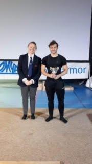 Tobias Lohn, beste ungdomsløfter på Regionmesterskapet, her sammen med regiontrener Marte Stavik Aas.