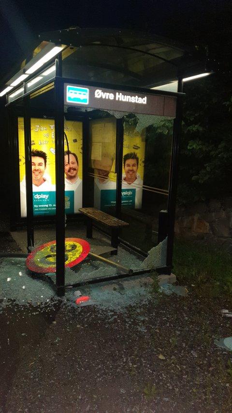 Busskuret på Hunstad ble smadret natt til lørdag.