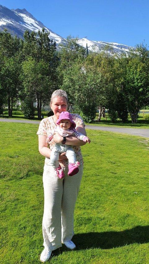 Med én av kommunens yngste innbyggere har ordfører Monika Sande markedsført prøvebo-tilbudet. Og søkerne har meldt seg.